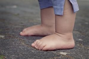 niños con pies sanos